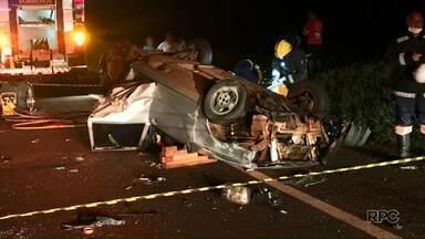 Animal solto na pista provoca acidente com dois carros - Um dos carros capotou e cinco pessoas ficaram feridas