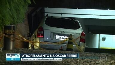 Camareira é atingida na calçada por carro desgovernado - A polícia vai investigar o que aconteceu com uma médica pra ela acelerar o carro a ponto de perder o controle e prensar contra a parede uma camareira na rua Oscar Freire, na região dos Jardins, na Capital