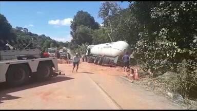 Acidente com carreta bloqueia trecho da BR-101 - O acidente aconteceu na manhã deste sábado (3); o caminhão ainda está no local.