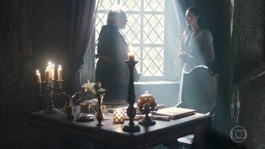 Catarina restringe a entrada de pessoas no quarto de Augusto somente aos médicos - Ela avisa a Demétrio que os assuntos do reino devem ser tratados com ela