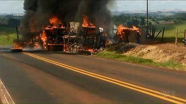Homem morre carbonizado na PR-082 - Foi em Jardim Alegre. Ele dirigia uma carreta que tombou e pegou fogo.