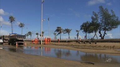 Dois dias de ressaca do mar deixam estrago na orla marítima de Fortaleza - Segundo a Funceme, a maré já começa a baixar neste domingo (4).