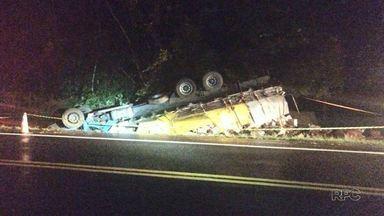 Homem de 44 anos morre em acidente na BR 277, em Prudentópolis - O caminhão que ele dirigia capotou. O homem ficou preso as ferragens