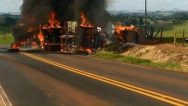 Homem morre carbonizado em acidente - A carreta que ele dirigia pegou fogo depois de tombar.