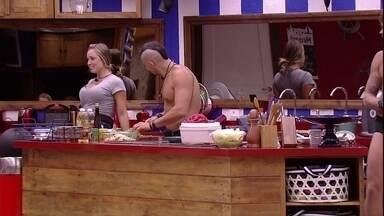 Jéssica imita Gleici dançando - Brothers conversam na cozinha da casa