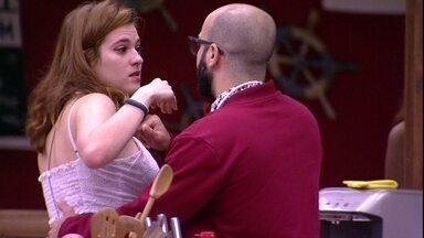 Ana Clara chora na cozinha e discute com Mahmoud - Mahmoud e Ana Clara discutem na cozinha