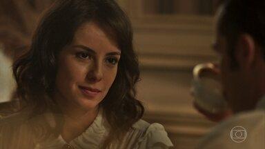 Lucinda insiste que Fernão pressione Emília - Ela acha que está mais do que na hora da tia se decidir