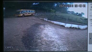 Criança de 2 anos é atropelada por ônibus escolar - O menino não resistiu aos ferimentos e morreu.