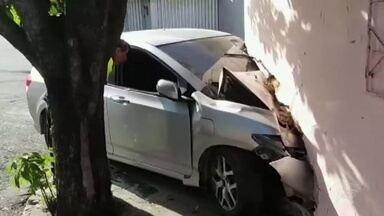 Polícia procura três assaltantes que invadiram casa com veículo durante fuga - Confira mais notícias em G1.globo.com/ce