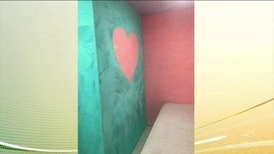 MP-RJ descobre quatro quartos como os de um motel dentro da cadeia pública de Benfica - Nos quartos, os promotores encontraram luzes vermelhas, televisões, banheiros com espelhos, piso de porcelanato e até uma parede pintada com um coração.