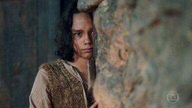 Levi se sente culpado pelo ferimento da mãe - O menino diz que queria lutar ao lado de Afonso para proteger Artena. Constância e Amália cuidam de Samara