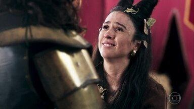 Lucrécia fica eufórica ao ver Rodolfo - Rodolfo mente e diz que lutou corajosamente contra inúmeros inimigos