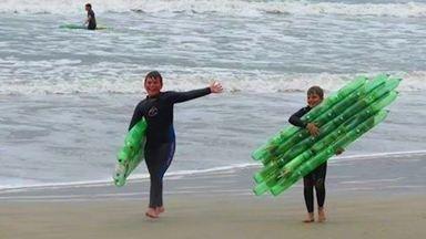 Prancha Ecológica é feita com garrafas pet em Garopaba, SC - Pranchas são usadas em aulas de surf