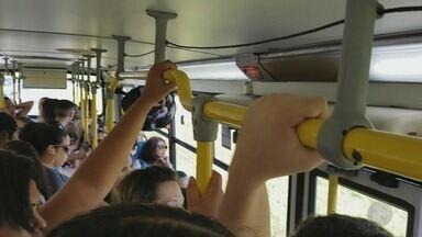 Veja a rotina de quem pega a linha 260 de ônibus em Campinas - A porta de um dos ônibus da linha, que liga o Bairro Nova Aparecida ao Shopping Iguatemi, quebrou na quinta-feira (8). Passageiros também enfrentam lotação.