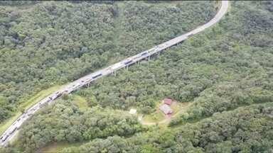 Engavetamento causa fila na BR-376 - Um carro, um ônibus e duas carretas bateram em Guaratuba.