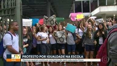 Alunos do colégio Santo Inácio protestam por conta do uniforme escolar - As meninas foram impedidas pela escola de usar a bermuda de educação física durante as outras aulas, enquanto os meninos estão liberados.
