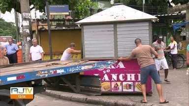 Prefeitura entra na Vila Kennedy com Forças Armadas para ação de ordenamento - Agentes da Seop derrubaram quiosques e barracas. Vendedores que trabalham no local dizem que há anos tentam regularizar situação.