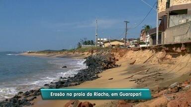Defesa Civil interdita rua pode causa do avanço do mar em Guarapari, ES - Via fica na orla da praia do Riacho. Água já derrubou árvores, postes e parte da rua.