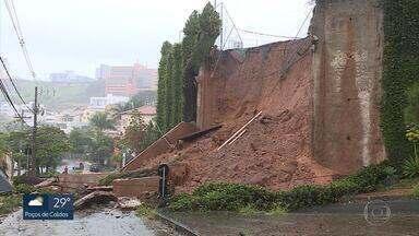 Chuva causa transtornos em várias pontos de BH e Região Metropolitana - No bairro São Bento, um muro de arrimo e parte de uma quadra cederam.