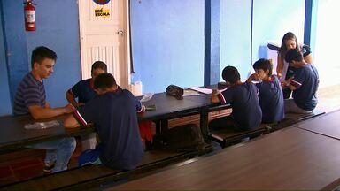 Alunos continuam estudando em saguão de colégio rural - Não tem sala de aula suficiente para todas as turmas.
