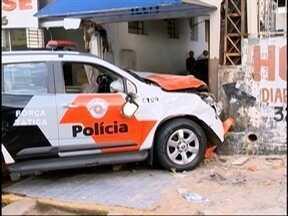 Acidente entre viatura da PM e motocicleta deixa uma pessoa ferida - Colisão ocorreu na Avenida Brasil, em Presidente Prudente.