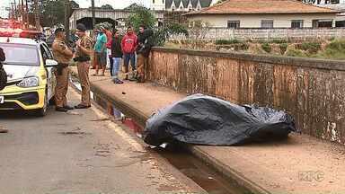 Jovem morre e corpo fica quase 7 horas em avenida por causa de demora do IML - Ele foi baleado nas costas por volta da 1h da manhã. IML chegou só às 8h.