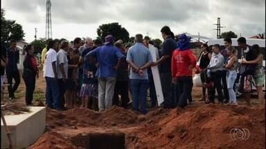 Corpo de bebê que morreu atropelado pelo padrasto é enterrado em Iporá - Homem disse que não viu quando atingiu o menino.