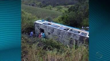 Dois acidentes foram registrados em rodovias estaduais de Sergipe - Um ônibus capotou na rodovia estadual entre os municípios de Riachão do Dantas e Tobias Barreto, no Sul do estado e em Boquim, no Centro Sul, um adolescente morreu atropelado no caminho para casa.