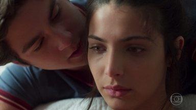 Pérola confessa a Alex que tem tomado os remédios de Isadora para emagrecer - Alex consola a namorada e diz que está preocupado com ela