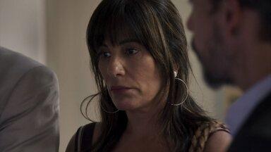 Elizabeth pede para não comentarem com Adriana que ela está no hospital - Ela teme que a filha se irrite com sua presença e se prejudique durante procedimento cirúrgico
