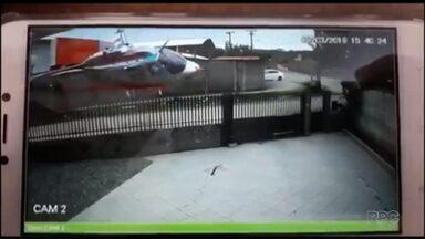 Câmeras de segurança registram o momento da queda de um helicóptero em SC - Três pessoas morreram, inclusive o piloto, que morava em Curitiba. A empresa responsável pela aeronave também fica em Curitiba.