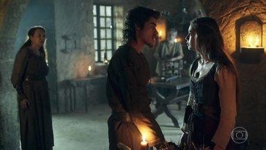 Tiago conta para Amália que Afonso será enforcado - Ele diz que ele é acusado de traição