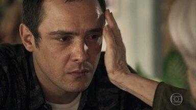 Gael conta sua história para Mercedes - O ex de clara diz que perde a paciência muito fácil