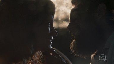 Clara aceita se casar com Renato - O médico se declara e afirma que passou a vida toda esperando para ficar com a milionária