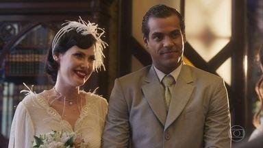 Edgar e Carolina se casam - Em cerimônia discreta, os noivos trocam alianças