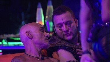 Diego especula ida ao Paredão e Ayrton afirma: 'Dependendo, acho que você volta' - Na Festa Intergaláctica, conversam Ayrton e Diego