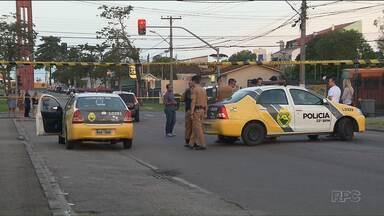 Assalto próximo ao terminal do Capão Raso termina com morte de suspeito - Dois criminosos roubaram carro e foram perseguidos por PM à paisana. Houve troca de tiros e um dos bandidos morreu e outro foi ferido de raspão