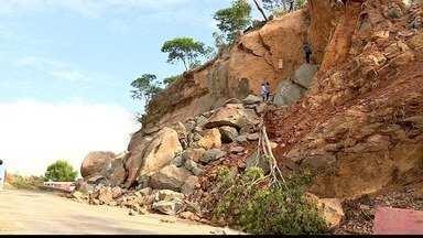 Moradores denunciam que pedras de demolição na BR-259 param no leito do Rio Doce - Rodovia está bloqueada por rochas.