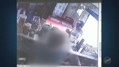 Câmera de segurança mostra assalto em mercado de Vinhedo - Suspeito leva o dinheiro do caixa e duas caixas de cerveja. Dono do mercado diz que é a 6ª vez em 20 dias que o estabelecimento foi assaltado.