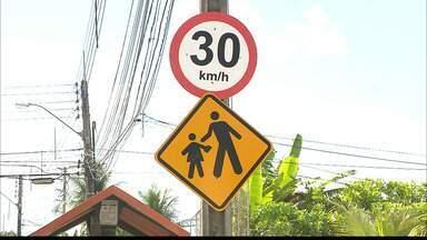 Idosos reclamam de rua perigosa no bairro de Jaguaribe, em João Pessoa - Eles afirmam que os veículos passam em alta velocidade, apesar das placas.