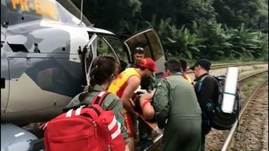Mulher é resgatada no Pico do Marumbi, na Serra do Mar - Ela foi levada de helicóptero até o hospital regional de Paranaguá.