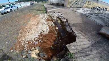 Moradores não conseguem entrar com carro em casa em Ponta Grossa - O problema são os buracos.
