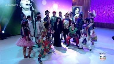 Musical narra a trajetória da atriz e cantora Bibi Ferreira - Amanda Costa e mais 18 atores apresentam número do espetáculo 'Bibi, Uma Vida em Musical'
