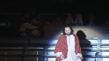 Espetáculo 'A Paixão de Cristo' é encenado na Praça Municipal de Salvador - O evento é uma das comemorações do aniversário da capital baiana.