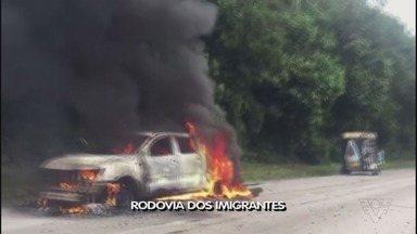 Carro pega fogo e provoca interdição na Imigrantes - Corpo de Bombeiros controlou o incêndio. Ninguém ficou ferido.