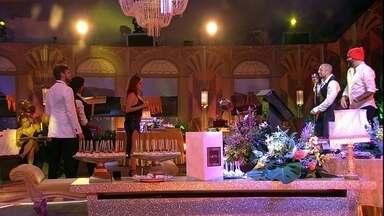 Ana Clara, Viegas e Breno observam a performance de Kaysar - Na Festa A Era do Rádio, canta Kaysar