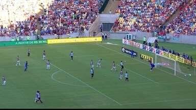 Valencia levanta na área, Brenner toca na bola e Júlio César defende, aos 27 do 1º - Valencia levanta na área, Brenner toca na bola e Júlio César defende, aos 27 do 1º