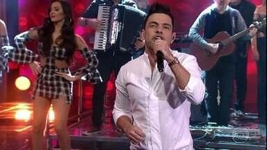 Zezé Di Camargo e Luciano cantam 'No Dia Em Que Eu Saí de Casa' - O clássico da dupla fez a plateia cantar junto no auditório do 'Domingão'