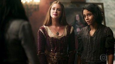 Amália e Catarina trocam provocações - Amália diz a Afonso que percebeu que Catarina estava interessada em se aproximar de Levi. Catarina comemora interesse de Levi por suas histórias