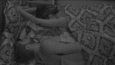 Paula alonga os braços - Sister dorme com Breno